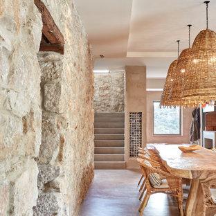 Imagen de comedor mediterráneo, de tamaño medio, sin chimenea, con paredes beige y suelo beige