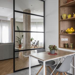 Imagen de comedor de cocina contemporáneo, pequeño, con paredes blancas, suelo de baldosas de porcelana y suelo gris
