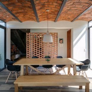 Imagen de comedor actual con paredes blancas, suelo de madera oscura y suelo marrón