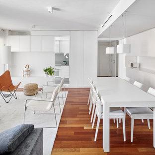Diseño de comedor actual con paredes blancas, suelo de madera en tonos medios, chimenea lineal y marco de chimenea de yeso