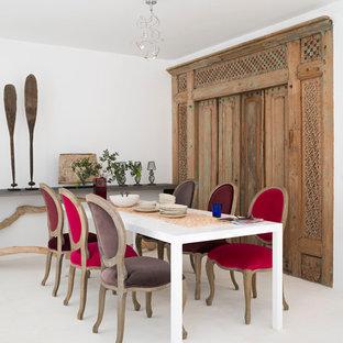 Diseño de comedor mediterráneo, de tamaño medio, sin chimenea, con paredes blancas y suelo blanco