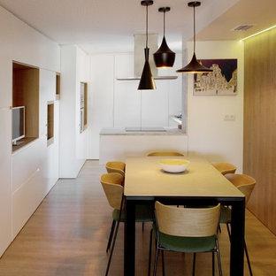 Ejemplo de comedor de cocina moderno con paredes blancas, suelo de madera en tonos medios y suelo beige
