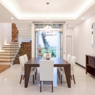 Immagine di una sala da pranzo aperta verso il soggiorno minimal di medie dimensioni con pareti bianche, pavimento in gres porcellanato e pavimento bianco