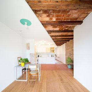 Diseño de comedor urbano, de tamaño medio, abierto, sin chimenea, con paredes blancas y suelo de madera en tonos medios