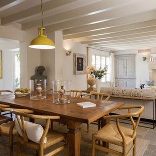 Неиссякаемый источник вдохновения для домашнего уюта: большая гостиная-столовая в стиле фьюжн с белыми стенами и полом из известняка без камина