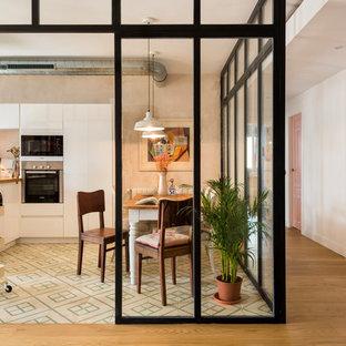 Ispirazione per una sala da pranzo aperta verso la cucina minimal di medie dimensioni con pareti beige, pavimento con piastrelle in ceramica, nessun camino e pavimento multicolore
