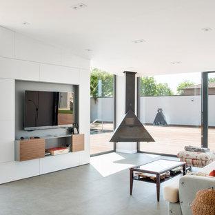 Diseño de comedor minimalista, grande, abierto, con paredes blancas, chimeneas suspendidas y suelo gris