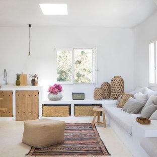 Modelo de comedor de cocina mediterráneo con paredes blancas y suelo beige