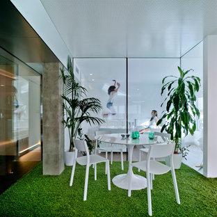 Ejemplo de comedor actual, de tamaño medio, abierto, sin chimenea, con paredes blancas