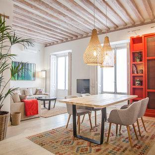 Modelo de comedor mediterráneo, de tamaño medio, abierto, con suelo de madera clara, paredes blancas y suelo beige