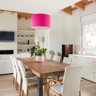 Diseño de comedor madera, mediterráneo, abierto, con paredes blancas, suelo de madera clara y suelo beige