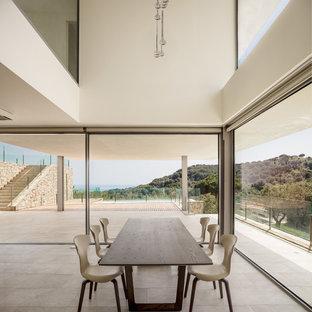Imagen de comedor moderno con paredes blancas y suelo gris