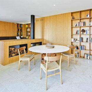 Modelo de comedor madera, minimalista, abierto y madera, con estufa de leña, marco de chimenea de metal, suelo beige y madera