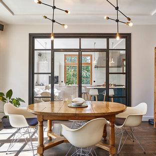 Idée de décoration pour une salle à manger méditerranéenne avec un mur blanc, aucune cheminée et un sol marron.