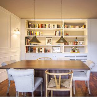 Modelo de comedor clásico renovado con paredes beige, suelo de madera oscura y suelo marrón