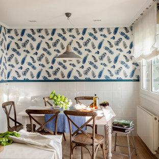 Diseño de comedor de cocina tradicional renovado con paredes blancas, suelo de madera clara y suelo marrón