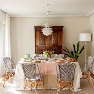 Modelo de comedor clásico renovado con paredes beige, suelo de madera en tonos medios y suelo marrón