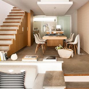 Imagen de comedor nórdico, grande, abierto, sin chimenea, con paredes beige y suelo de cemento