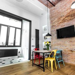 Idéer för ett stort industriellt kök med matplats, med bruna väggar, mellanmörkt trägolv och vitt golv