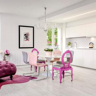 Diseño de comedor ecléctico, grande, abierto, con paredes blancas, suelo de madera clara y suelo gris