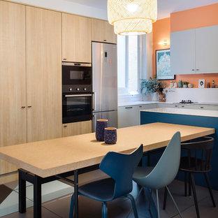Foto di una sala da pranzo aperta verso la cucina design di medie dimensioni con pareti arancioni e pavimento con piastrelle in ceramica
