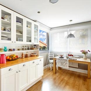 Idéer för ett mellanstort klassiskt kök med matplats, med bruna väggar och mellanmörkt trägolv