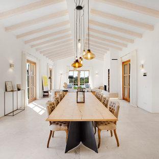 Imagen de comedor mediterráneo, abierto, con paredes blancas y suelo gris
