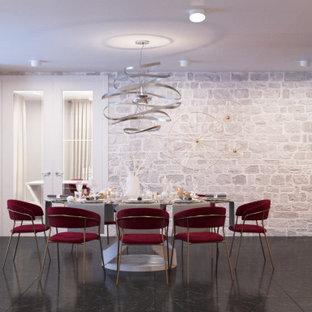 Foto di una grande sala da pranzo aperta verso il soggiorno classica con pareti beige, pavimento in marmo, camino bifacciale e pavimento nero