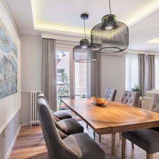 Diseño de comedor clásico renovado, de tamaño medio, abierto, con paredes blancas, suelo de madera en tonos medios y suelo marrón