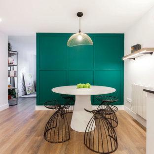 Ejemplo de comedor actual con paredes verdes, suelo de madera en tonos medios y suelo marrón