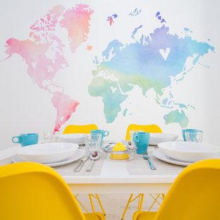 マラガの小さいコンテンポラリースタイルのおしゃれなLDK (白い壁、淡色無垢フローリング、グレーの床) の写真