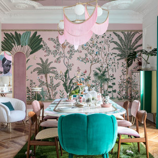 Foto di una grande sala da pranzo aperta verso il soggiorno boho chic con pareti rosa, pavimento in legno massello medio, nessun camino e pavimento marrone