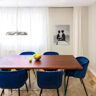 Ejemplo de comedor escandinavo, sin chimenea, con paredes beige y suelo de madera clara