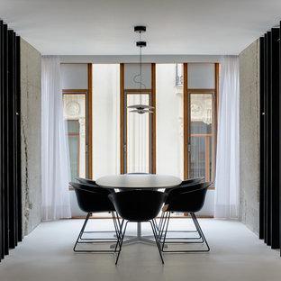 Imagen de comedor minimalista, abierto, con paredes blancas, suelo de cemento y suelo blanco