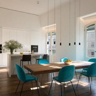 Foto de comedor contemporáneo, abierto, con paredes blancas, suelo de madera en tonos medios y suelo marrón