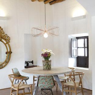 Esempio di una sala da pranzo aperta verso il soggiorno mediterranea di medie dimensioni con pareti bianche, pavimento in legno massello medio e nessun camino