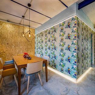 Immagine di una sala da pranzo minimalista con pareti blu, pavimento in gres porcellanato e pavimento turchese