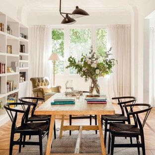 Ejemplo de comedor tradicional renovado, de tamaño medio, cerrado, con paredes blancas y suelo de madera en tonos medios