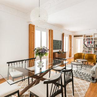 Imagen de comedor contemporáneo, abierto, con paredes blancas, suelo de madera en tonos medios y suelo marrón