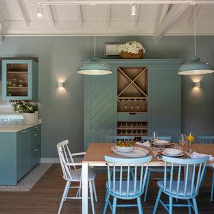 Idee per un'ampia sala da pranzo aperta verso la cucina tradizionale con pareti blu, pavimento in gres porcellanato, camino classico, cornice del camino in pietra e pavimento blu