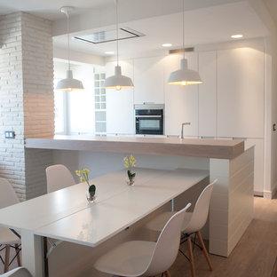 Idee per una sala da pranzo aperta verso la cucina stile marino di medie dimensioni con pareti bianche, pavimento in laminato e pavimento beige