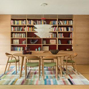 Imagen de comedor actual, grande, cerrado, sin chimenea, con paredes blancas, suelo de madera en tonos medios y suelo marrón