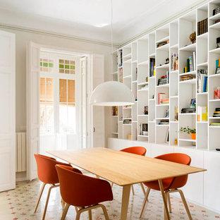 Modelo de comedor bohemio, de tamaño medio, cerrado, sin chimenea, con paredes beige, suelo de baldosas de cerámica y suelo multicolor