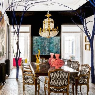 Ejemplo de comedor ecléctico, grande, cerrado, con paredes negras y suelo de madera en tonos medios