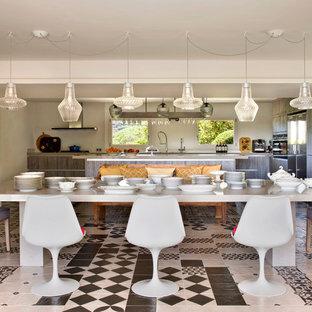 Modelo de comedor de cocina ecléctico con paredes beige y suelo multicolor