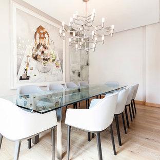 マドリードの中くらいのコンテンポラリースタイルのおしゃれなLDK (白い壁、淡色無垢フローリング、横長型暖炉) の写真