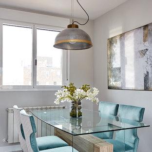 Foto de comedor contemporáneo con paredes grises, suelo de madera clara y suelo gris