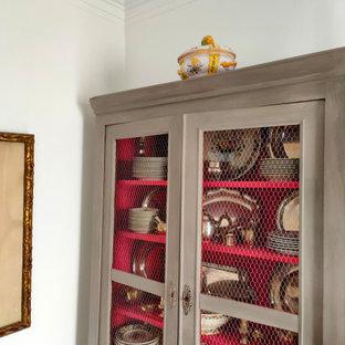 Imagen de comedor tradicional renovado, de tamaño medio, cerrado, con paredes multicolor, suelo de madera en tonos medios y chimenea tradicional