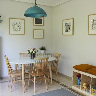 Exemple d'une petite salle à manger ouverte sur le salon scandinave avec un mur gris, un sol en marbre et un sol beige.
