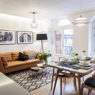 Diseño de comedor contemporáneo, de tamaño medio, abierto, sin chimenea, con paredes blancas, suelo de madera en tonos medios y suelo marrón